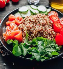 Poké bowl de quinoa y salmón