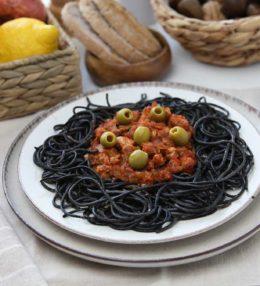 Espaguetis negros con boloñesa de soja texturizada